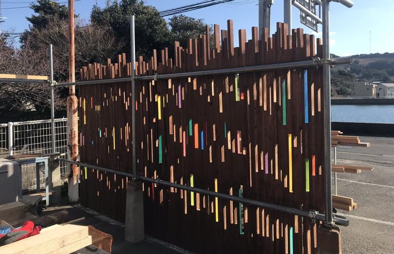 【店舗製作】お~ナカナカ... いい感じィイ~!!(゚Д゚ノ)ノ ★ウッドフェンスの隙間に色付けじゃ