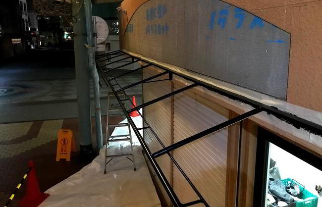【店舗制作】テントの骨組みの塗装ばい