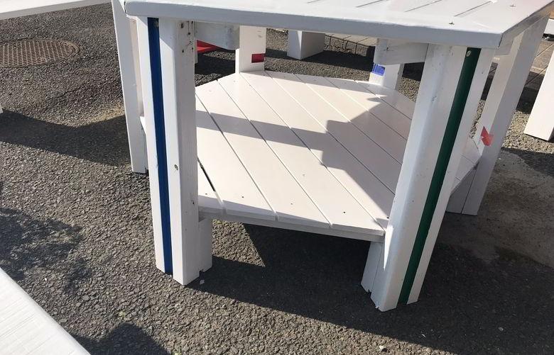 【店舗製作】六角形のテーブルの荷物置きの完成と思ったら...