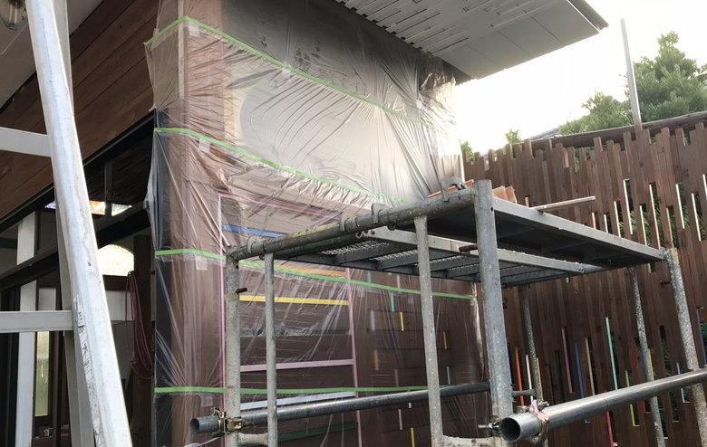 【店舗製作】天井に打ち付けた板の中に色ば付けるばい