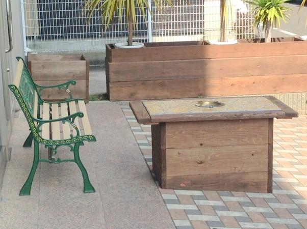 テーブルとベンチの側面