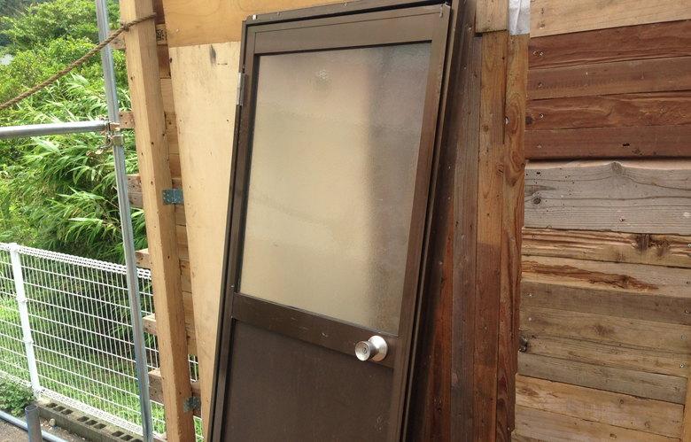 【店舗製作】ドアと窓と天井に丸太たい