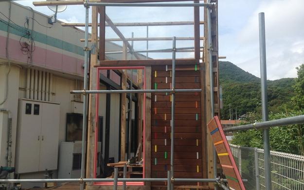 【店舗製作】大きな窓の設置とドア枠の設置