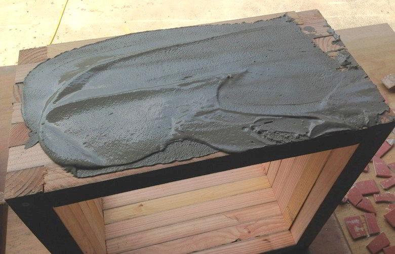 セメントを木に塗る1