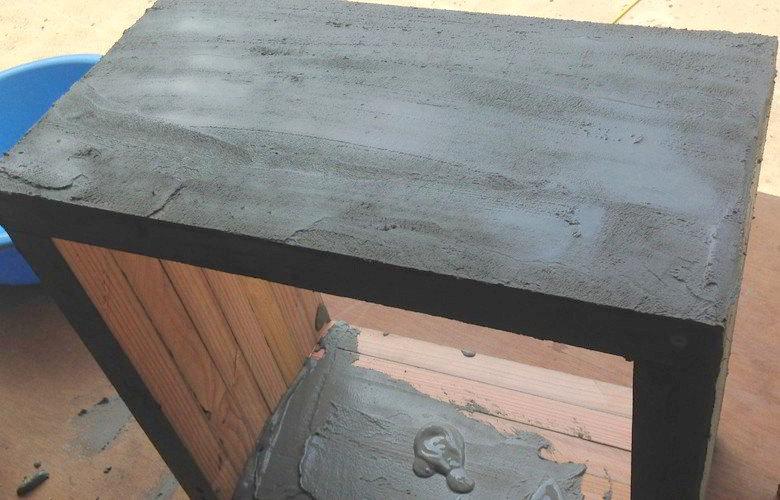 セメントを木に塗る3